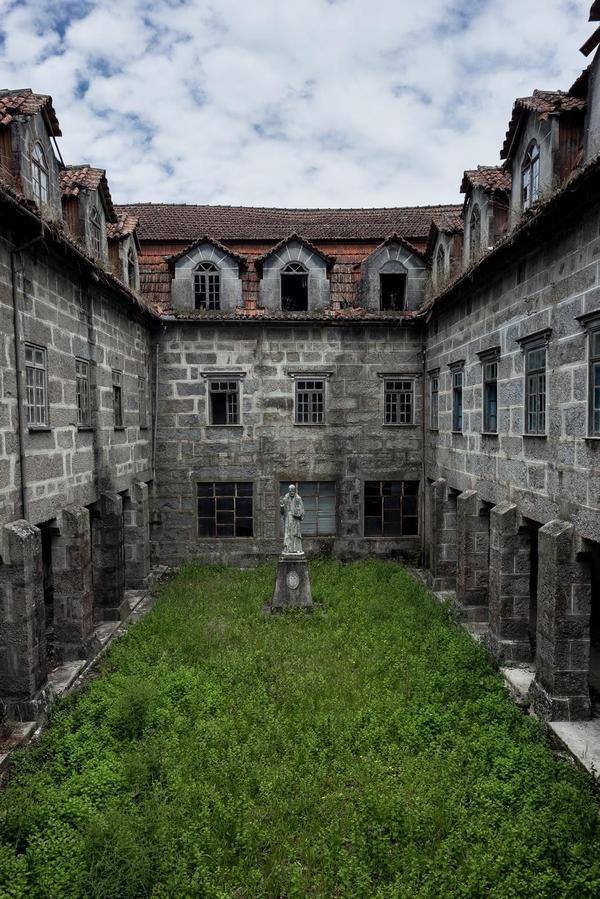 Дворик заброшенного монастыря