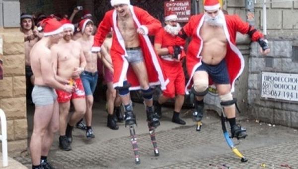 Забег Санта-Клаусов. Эротика ли?