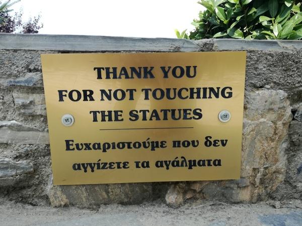 В одной из греческих деревень Греция, Статуя, Деревня, Надпись