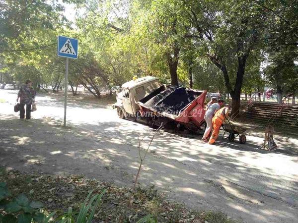Машина с асфальтом провалилась в яму на асфальте