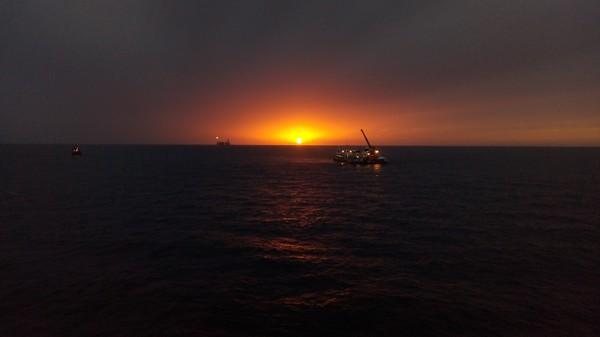 Каспийский закат с нефтяной платформы.