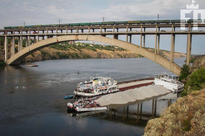 В Запорожье уже вторые сутки тонет баржа с щебнем Баржа, Кораблекрушение, Днепр, Запорожье, Длиннопост