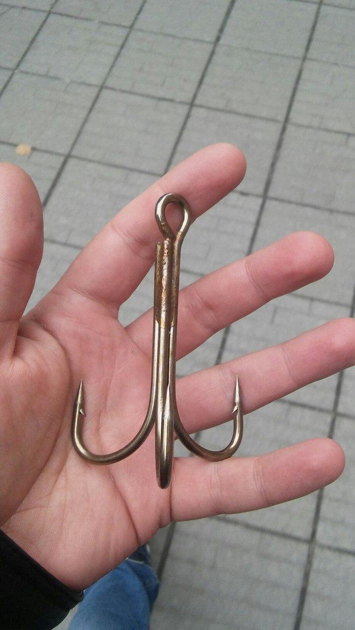 На фоне крючка, рука выглядит как у младенца Крючок, Рыбалка, Тройник, Отцеп