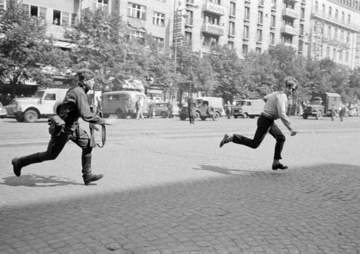 Советский солдат хочет поблагодарить чешского юношу за то, что он украл бумажник, 1968 год, Прага