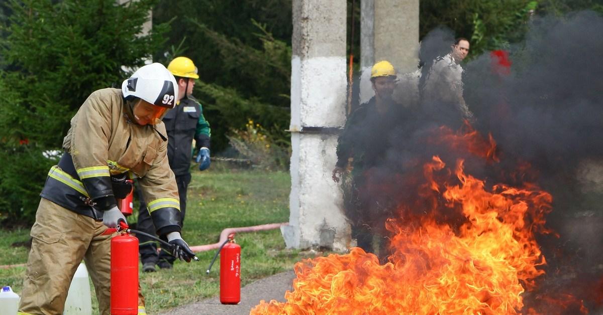 картинки тушат пожар огнетушителем по