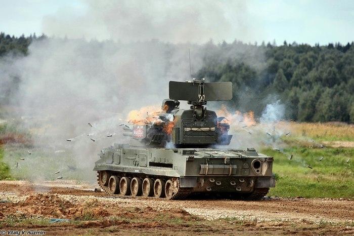 ЗСУ 2С6 Тунгуска-М ведёт огонь по наземной цели.