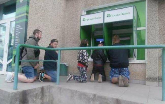 Преклони колени пред банкоматом твоим