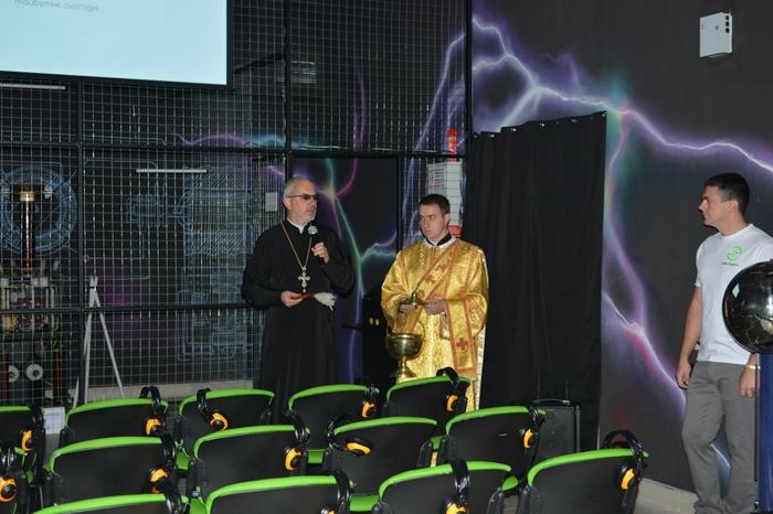 """На открытии """"Тесла Энерджи Шоу"""" священник освятил святой водой . . . трансформатор Тесла. Тесла, Трансформатор Тесла, Маразм, Безопасность, Религия, Священник, Святая вода"""
