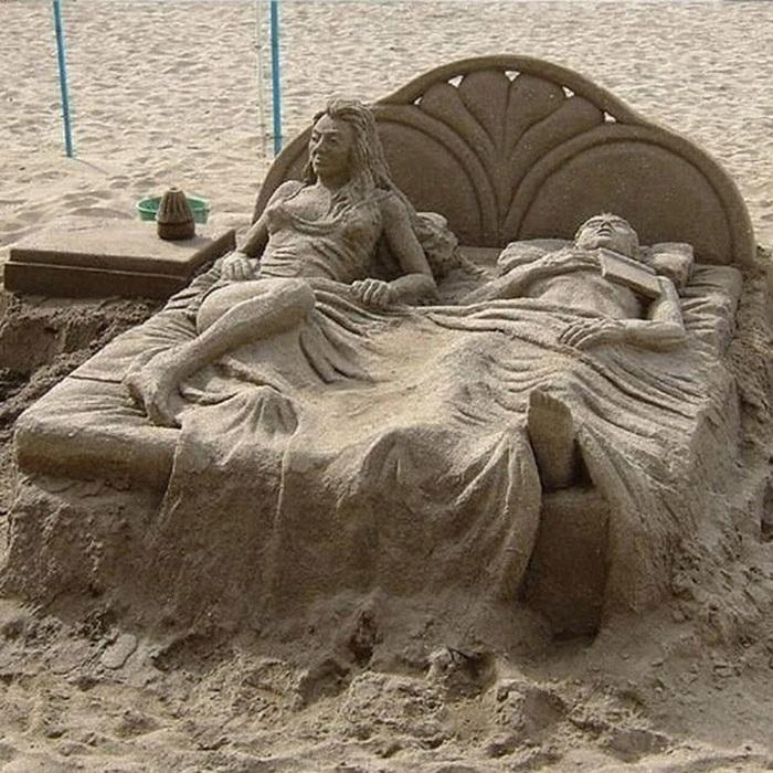 Лежа на/в/из песка