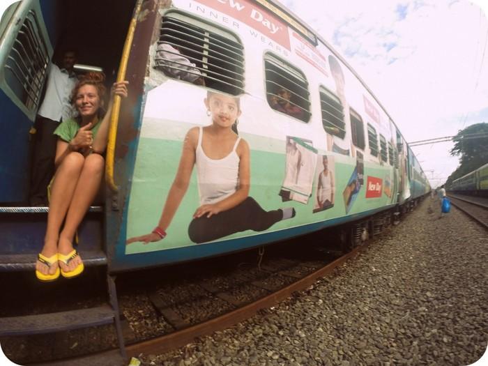 Молоденкую девочку ебут в поезде