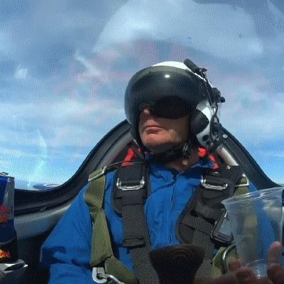 Когда в полете захотел пить, а одна рука занята