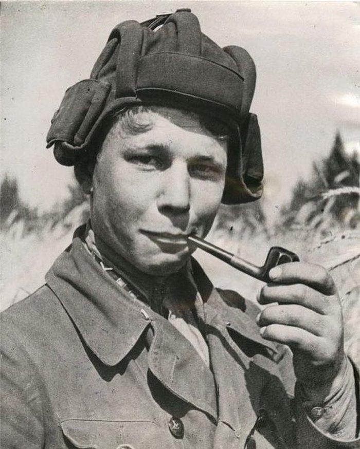 Советский лейтенант курит трубку после успешного уничтожения немецкой колонны бронетехники. 1941 год.