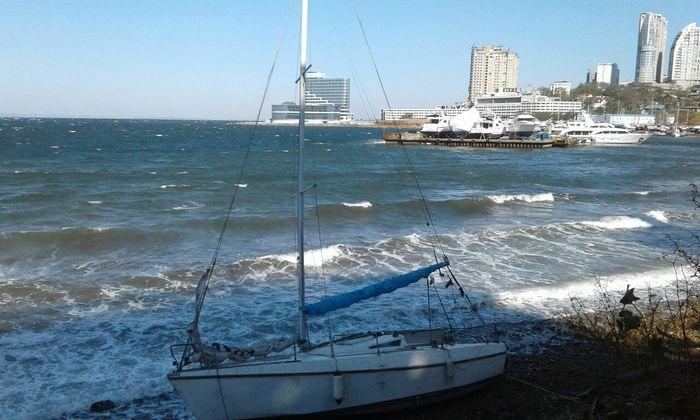 Во Владивостоке море вынесло на берег яхту. Найдена яхта, Ищу хозяина, Дары моря, Владивосток, Яхта, Бросили, Привет читающим тэги