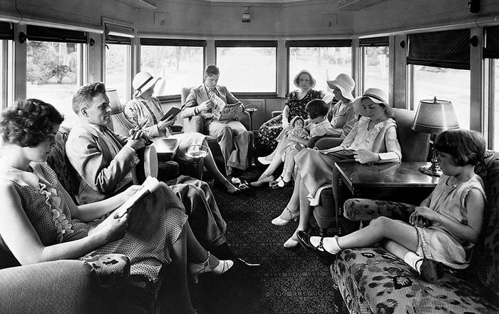 Пассажиры с комфортом едут в трамвае. 1917год.