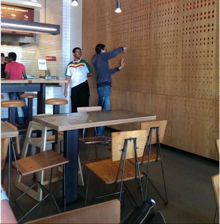 Сегодня в кафе взрослый мужик по непонятной причине сунул палец в стену и застрял