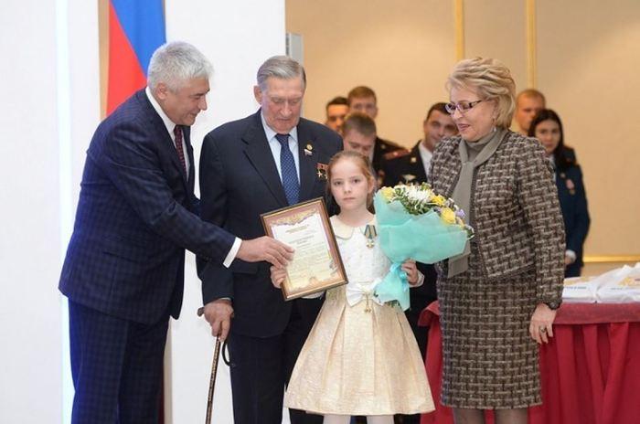 9-летнюю школьницу из Дагестана наградили в Москве медалью за мужество в спасении людей на пожаре Дагестан, Помощь животным, Награждение