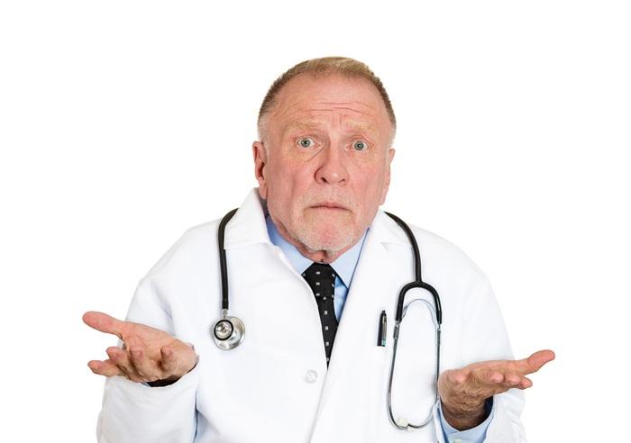 Врач засунул свою руку в жопу пациенту