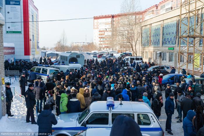 В Томске ОМОН электрошокерами разогнал мигрантов, стоявших за регистрацией несколько дней Томск, Узбеки, ОМОН, Новости, Бюрократия, Коррупция, Видео, Длиннопост