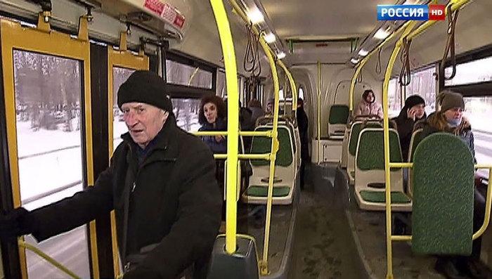 Везут студенток в автобусе