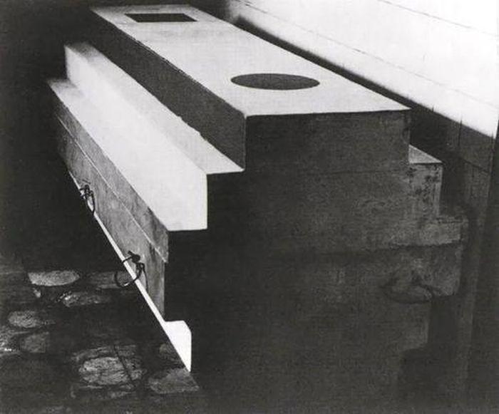 Супрематический гроб, в котором похоронили Малевича, 1935 год