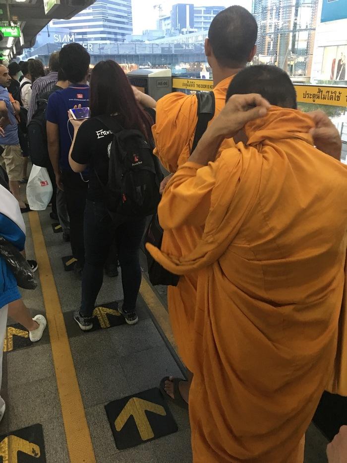 Будни буддийских монахов. Монах, Буддийские монахи, Метро, Очередь, Таиланд, Бангкок