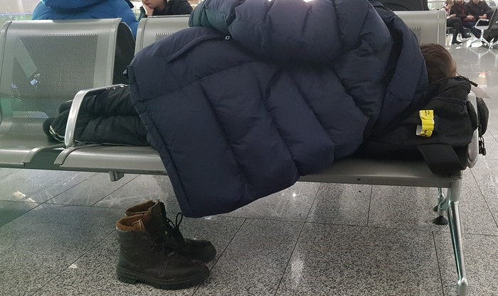 Наблюдения в зале ожидания Аэропорт, Наблюдение, Скука