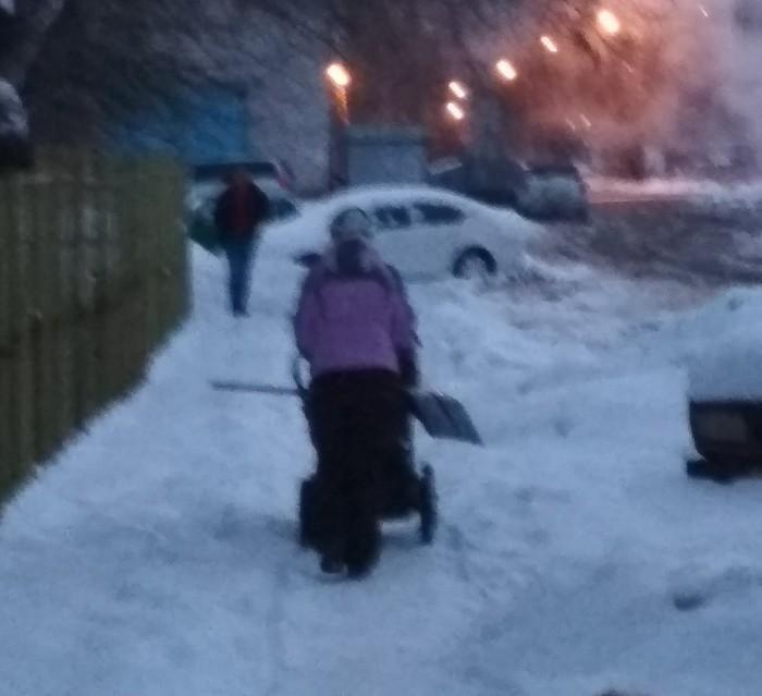 Настоящая мать всегда должна быть готова к любым проблемам Лопата, Мама, Прогулка, Зима, Снег