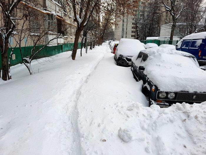 Печатники остаются под снегом несмотря на близость снегоплавильни и выделенные на вывоз сугробов 45 миллионов рублей. Москва, Спальный район, Снег, Мусор, ГБУ Жилищник