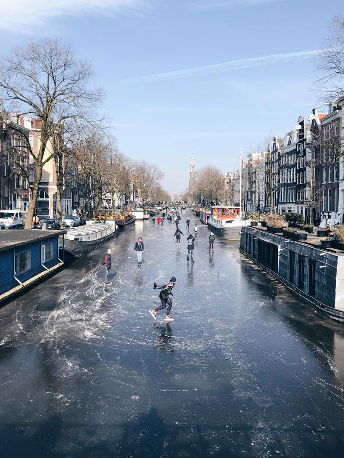 Замёрзший канал в Амстердаме