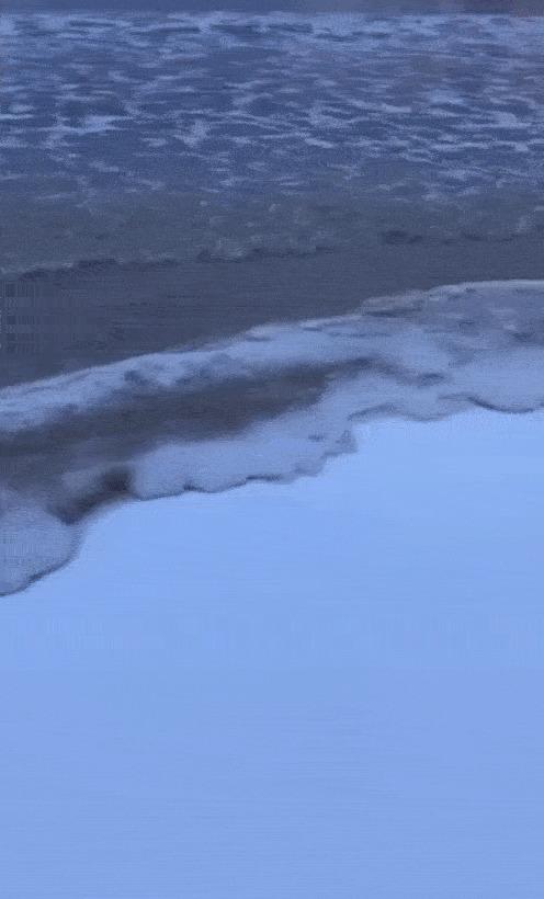 Вода замерзает при прикосновении с берегом.
