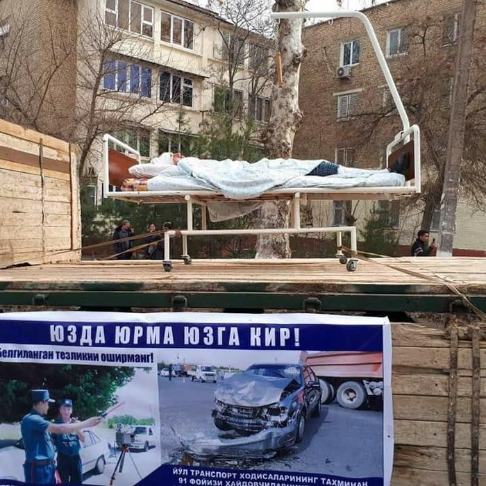 По улицам Ферганы (Узбекистан) показательно провозят на эвакуаторах разбитые авто с пострадавшими ДТП, Манекен, Актеры, Эвакуторы, Длиннопост, Жесть