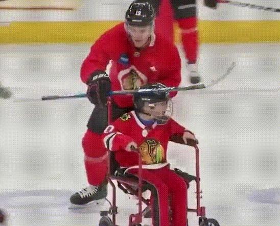 Джонатан Тэйвзс 12-летним фанатом с мышечной дистрофией