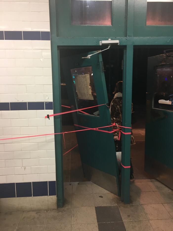 Починка дверей в метро Нью-Йорка