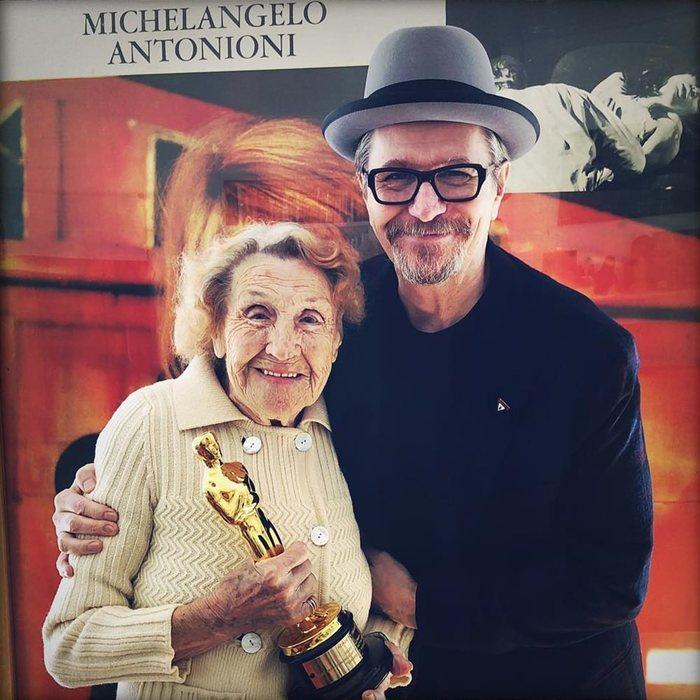 Мама Гэри Олдмана с сыном и его Оскаром