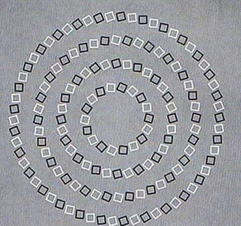 Ни один из кругов не пересекается с другими.