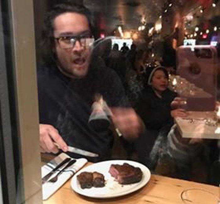 Шеф-повар разделал и съел оленью ногу на глазах у протестующих веганов. Текст, Картинки, Веганы, Мясоеды, Повар, Тролль, Канада, Длиннопост