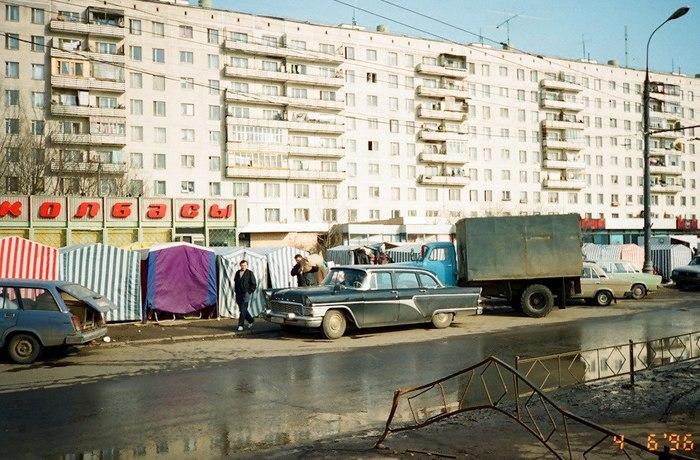 Бывший правительственный автомобиль «Чайка» в роли овощевозки на рынке. Россия, 1996 год