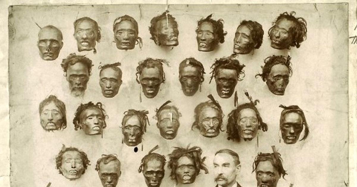 Английский генерал и этнограф Горацио Гордон Робли и егоколлекция отрубленных голов, 1895 год.