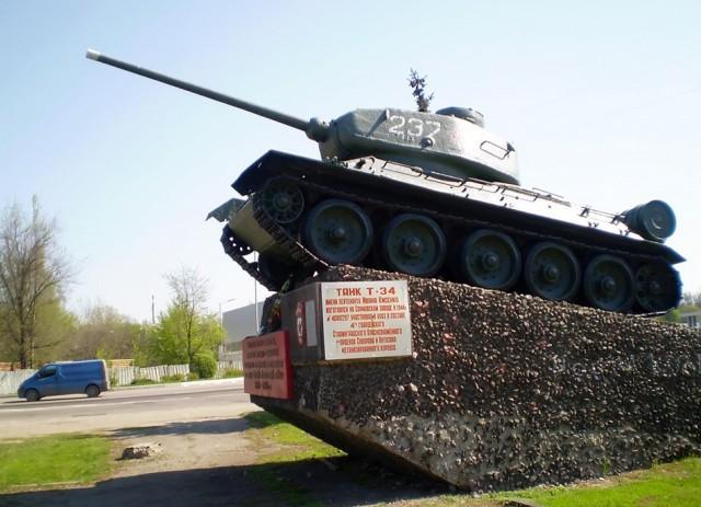 Хоть и памятник, но он живой. Т-34 Танки, т-34, Не мое, Длиннопост, Луганск, Памятник, Фотография