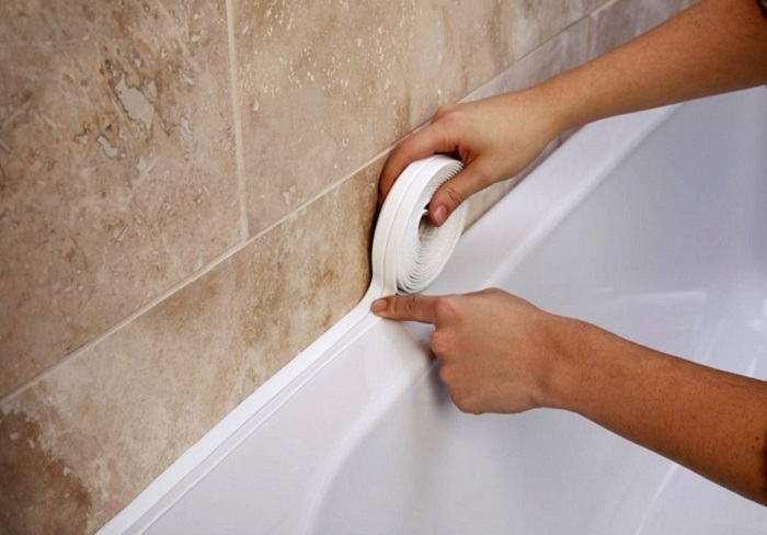 Щель между ванной и стеной: самые простые и эффективные способы заделки зазора.