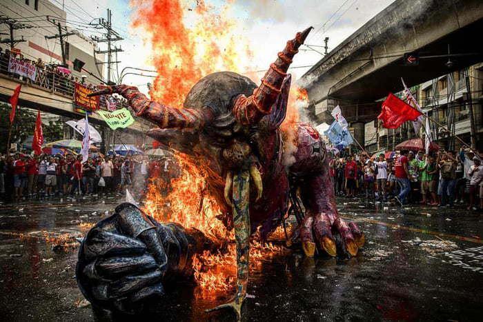 Активисты сжигают чучело президента Филиппин и это выглядит эпично