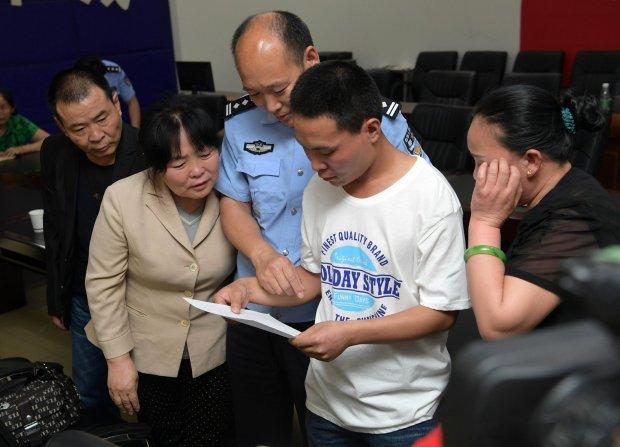 Родители плачут от радости, когда нашли пропавшего 24 года назад сына Китай, Пропавшие без вести, Трогательно, Длиннопост