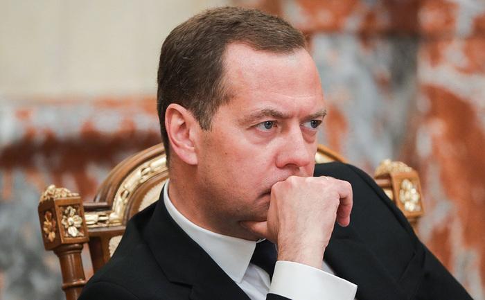 Медведев назвал недопустимым эгоизм нефтяников в отношении цен на бензин Общество, Политика, Экономика в России, Дмитрий Медведев, Цена на бензин, Рост, Рбк, Нефтяники, Длиннопост