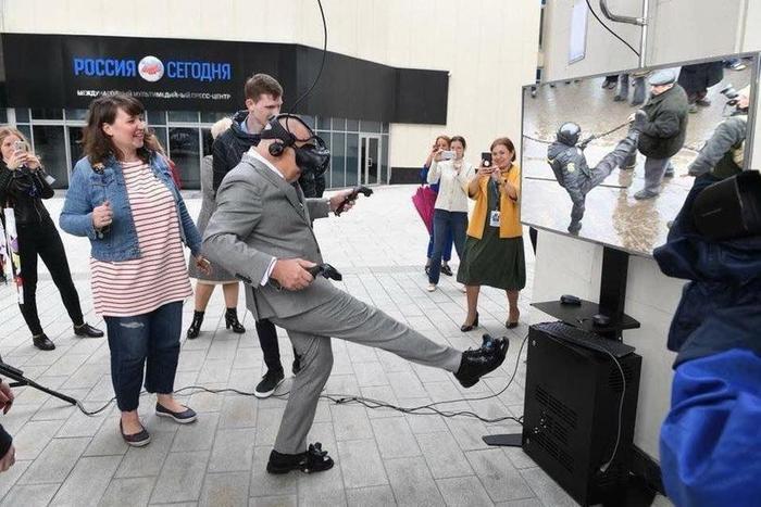 Ведущий Дмитрий Киселёв в гарнитуре виртуальной реальности пнул мяч на открытии выставки.И стал героем фотожаб. Дмитрий Киселев, Фотожаба, Юмор, Длиннопост