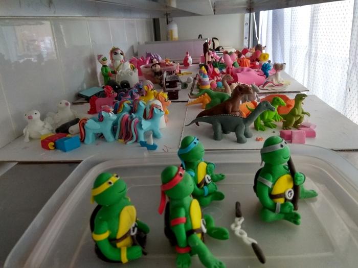 Полка со съедобными фигурками в отделе заказных тортов