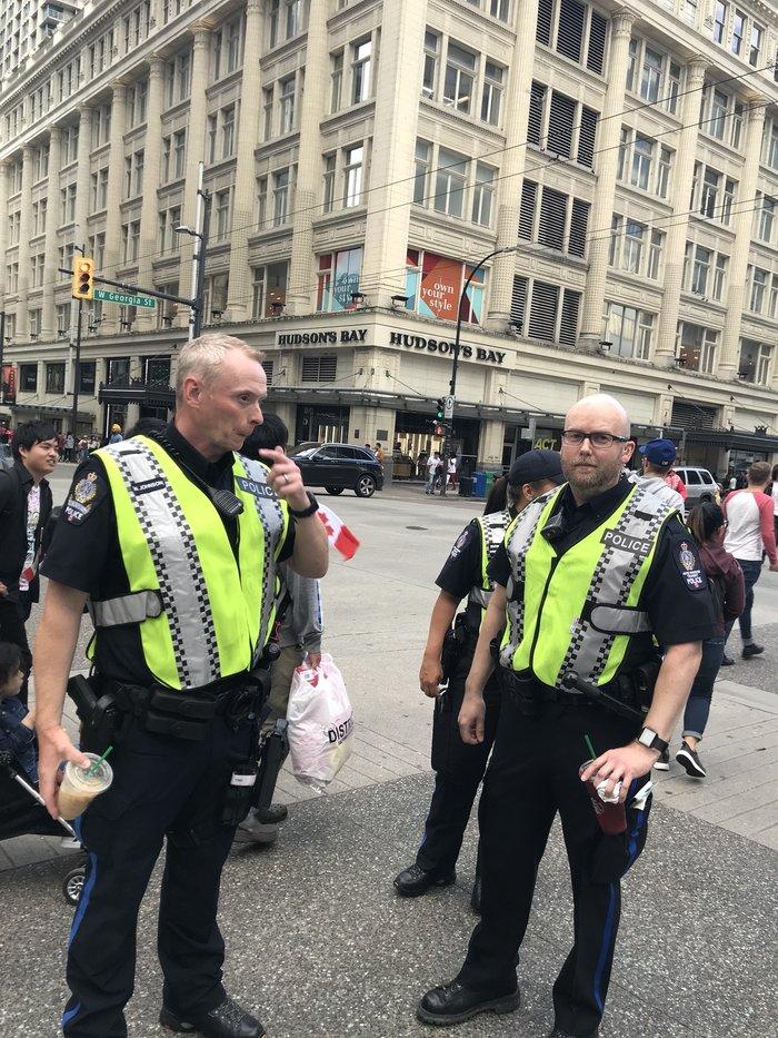 Канадские полицейские возмутили японцев «немыслимым» поступком Канада, Полиция, Японцы, Обычаи, Twitter, Новости, Фотография, Кофе