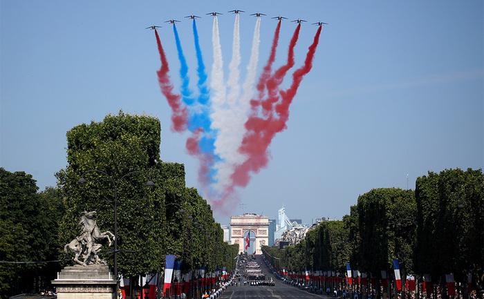 На авиашоу в Париже перепутали цвета флага Франции.