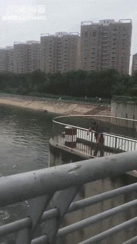 Зонтичный рыбак