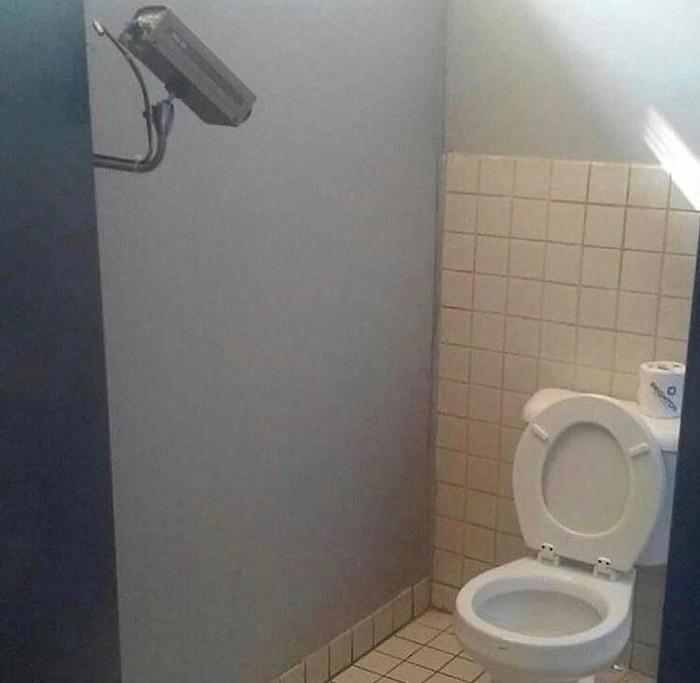 Скрытая камера в девушки ходят пописать в туалет
