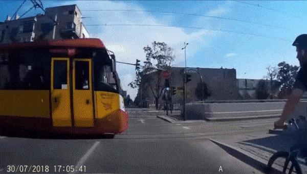 На таран Велосипед, Трамвай, Дураки, Гифка